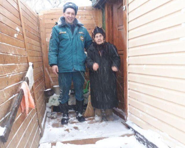 Сотрудник МЧС спас пенсионерку, заблокированную в собственном доме (2 фото)