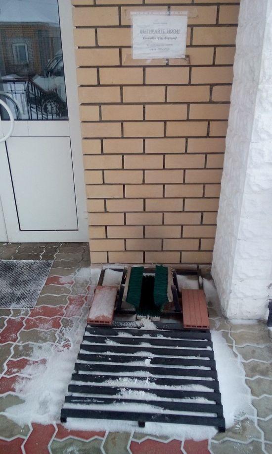 Полезная вещь у входа в здание (3 фото)
