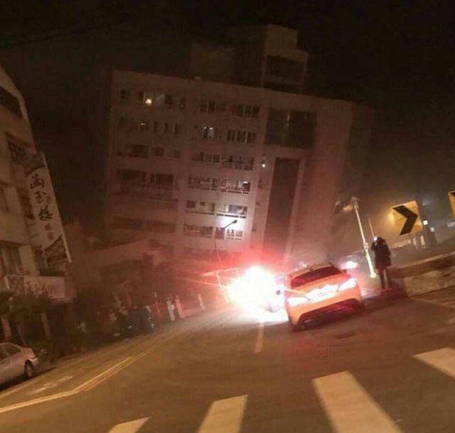 На Тайване эвакуируют людей из накренившегося отеля (3 фото + видео)