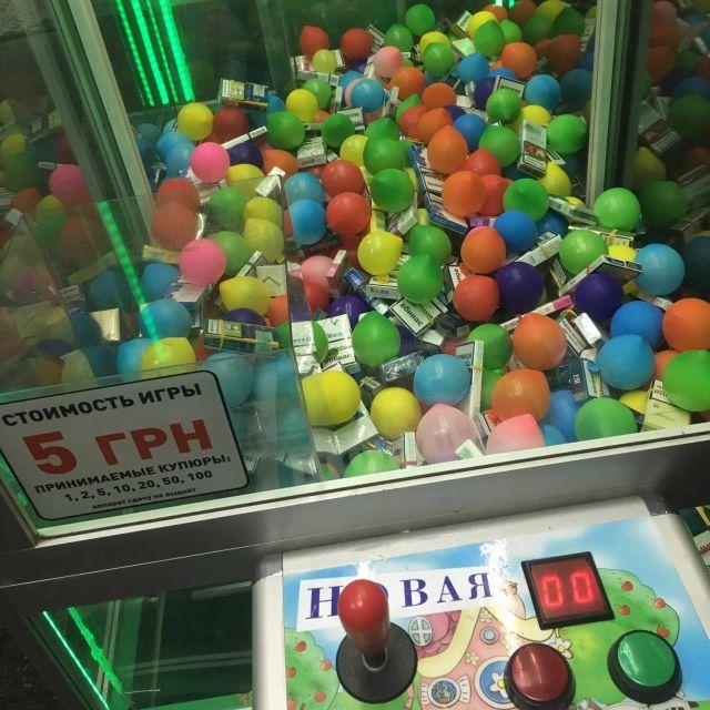 Игровой автомат с необычным наполнением (2 фото)
