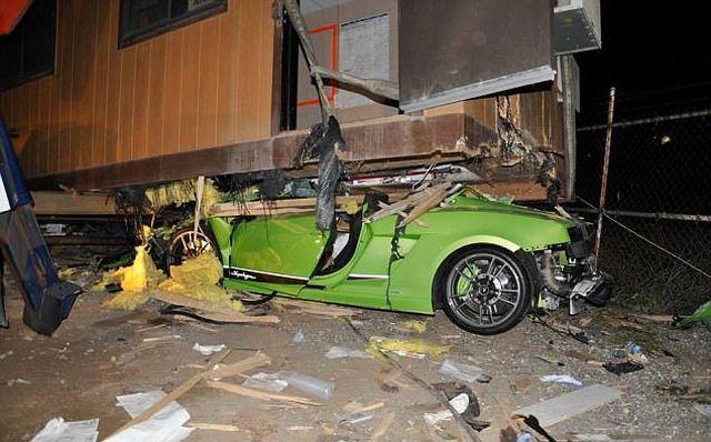 Только взгляните на то, что стало с этим дорогим суперкаром (4 фото)