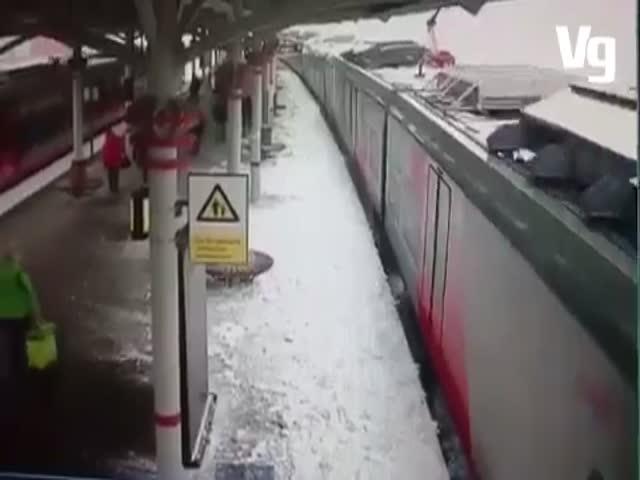 Падение снега на железнодорожной станции