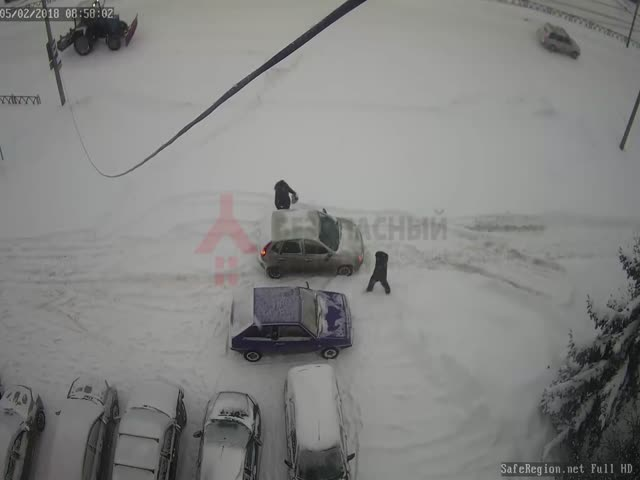Водители перепарковали мешавший им автомобиль