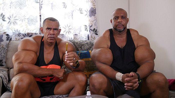 Бразильские братья обрели известность благодаря огромным бицепсам (6 фото)