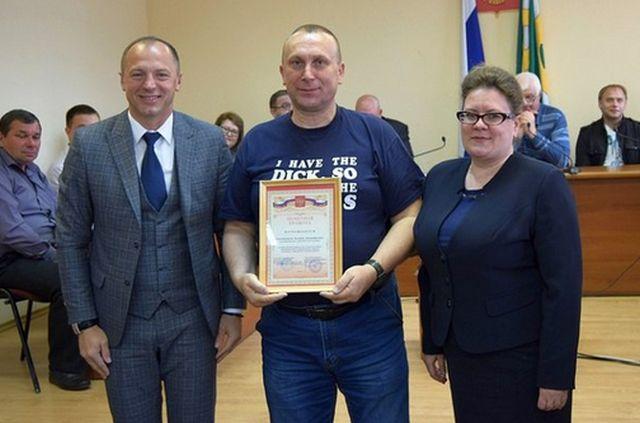 Казацкий атаман пришел получать награду в футболке с неприличной надписью (2 фото)