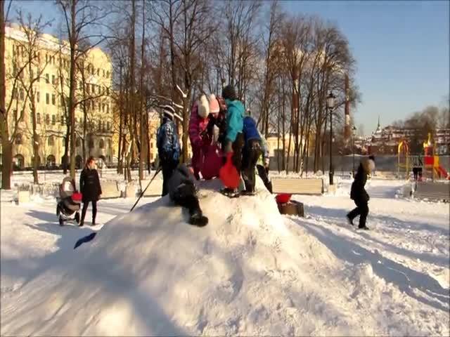 В Санкт-Петербурге дети отстояли снежную горку