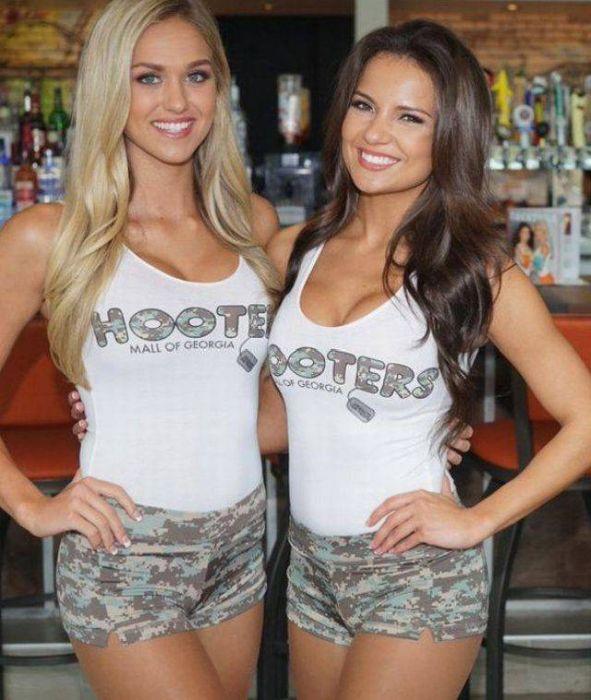 Симпатичные девушки из ресторана HOOTERS (46 фото)