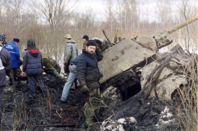 Как поднимали танк ОТ-34 из Черного озера (5 фото)