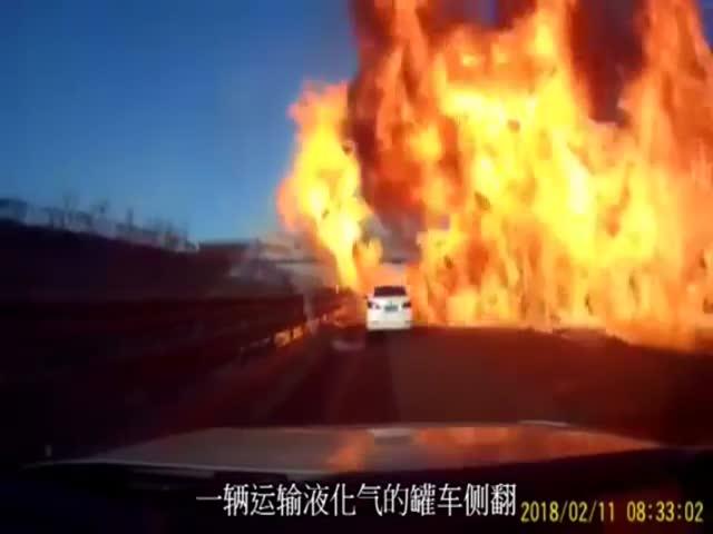 Страшный взрыв на трассе в Китае