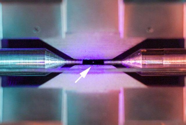 В конкурсе научных фотографий победило изображение одинокого атома (2 фото)