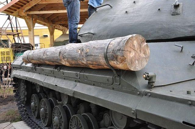 Привязанное к танку бревно - символ удачи или необходимость? (4 фото)