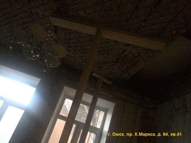 Аварийный дом в Омске на грани обрушения (5 фото)