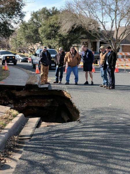 В Техасе появилась дыра на дороге. Когда в неё посмотрели — офигели!