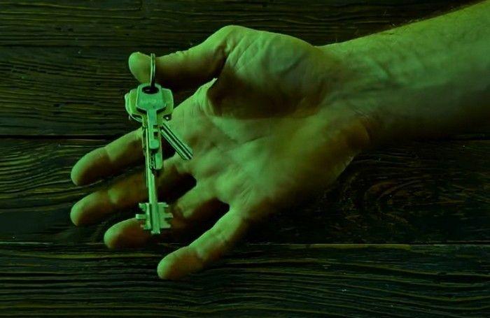 Второе отверстие в ключе – для чего его делают? (5 фото)