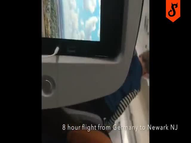 Маленький на борту самолета визжал 8 часов