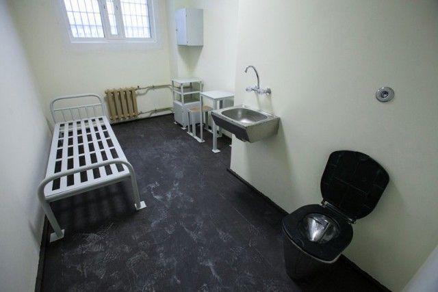 Тюрьмы для богатых и влиятельных: хорошо сидим! (16 фото)