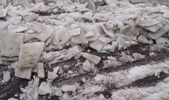 В Москве вместе со снегом уходит асфальт (5 фото)