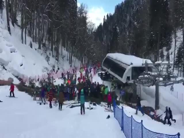 Двенадцатиметровая ель упала на сноубордистку на южном склоне Розы Хутор в Сочи