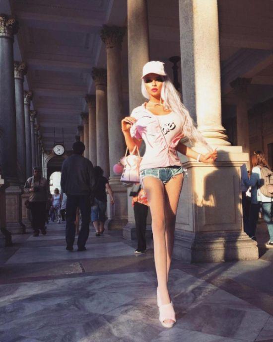 Чешка превратила себя в настоящую Барби (10 фото)