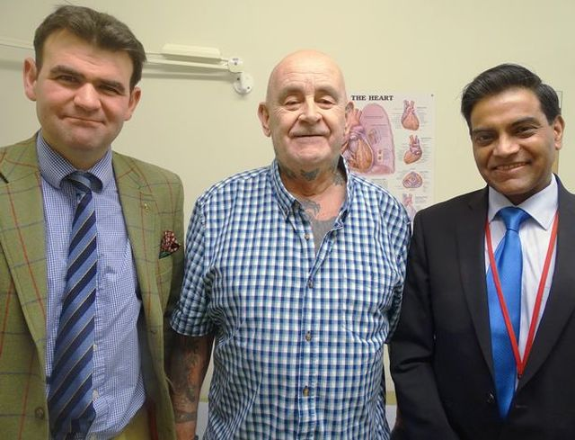 В Великобритании мужчине установили титановые ребра (5 фото)