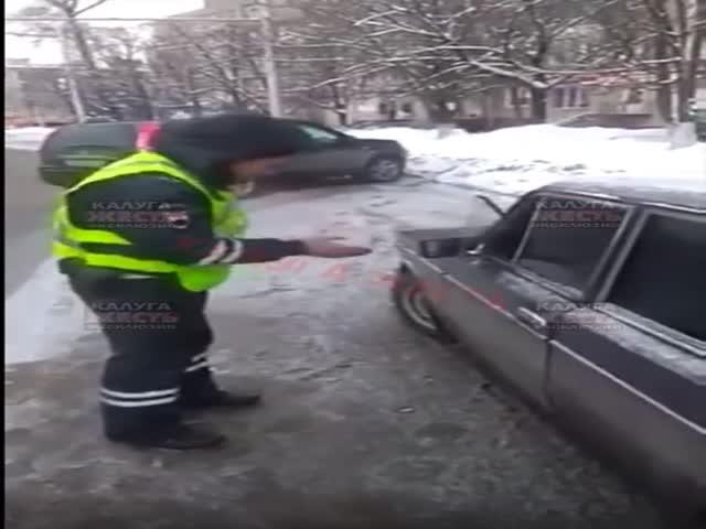 Полицейский разбил водителю стекло рукой
