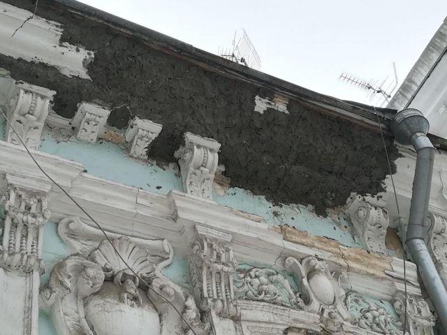 Как в Ростове издеваются над историческими зданиями (13 фото)