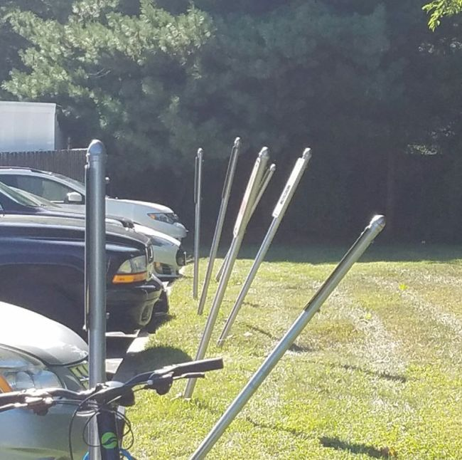 Парковки возле магазина со спиртными напитками и больницы для людей с проблемным зрением (2 фото)