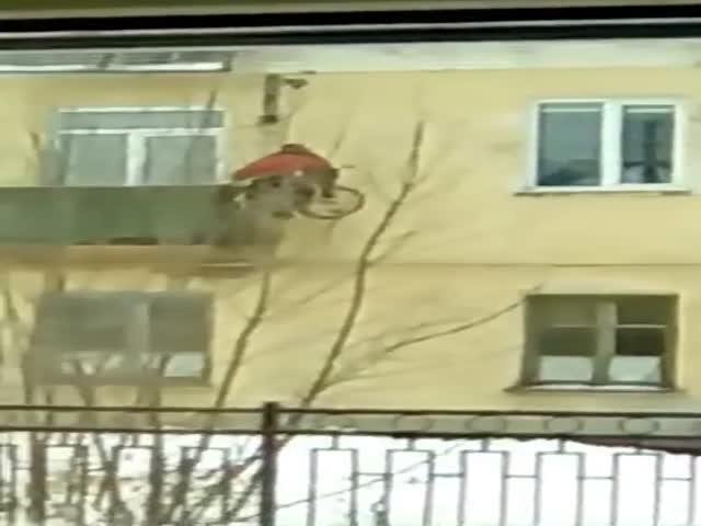 Инвалид подымается к своей квартире с помощью самодельного подъемника