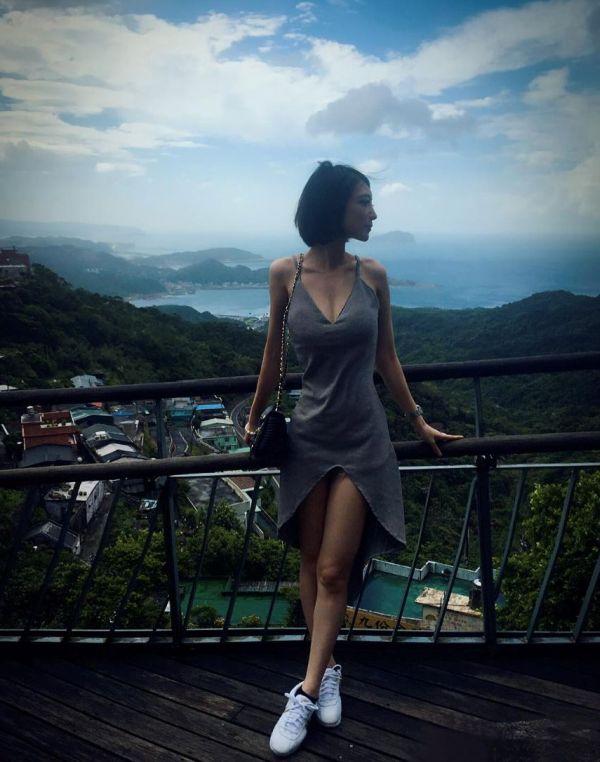 Умная и красивая: как прославилась регулировщица из Тайваня (13 фото)