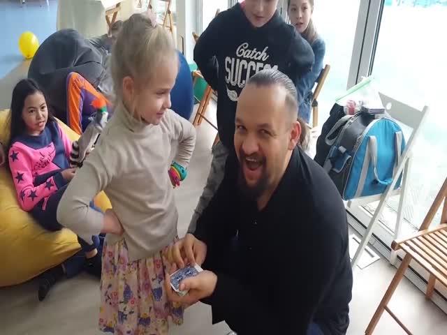 Маленькая девушка разоблачает фокусника