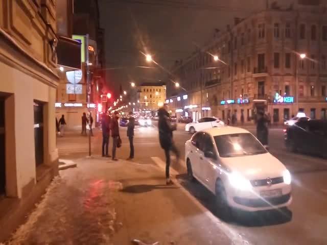 В Санкт-Петербурге хулиганы напали на таксиста и изувечили его автомобиль