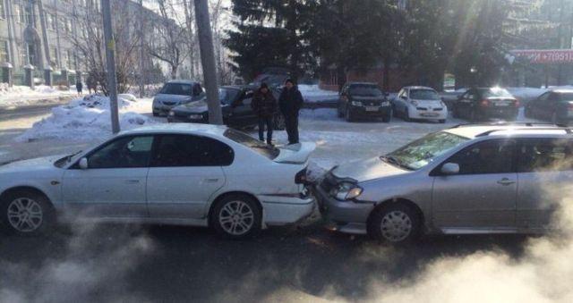 Владелец автомобиля из Новосибирска затонировал заднюю оптику и попал сразу в две аварии (4 фото)