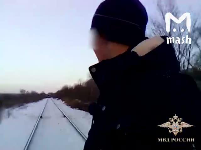 Уссурийские подростки делают селфи перед поездом