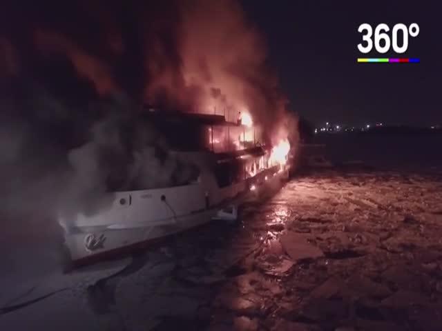 Прогулочный корабль в объятиях пламени