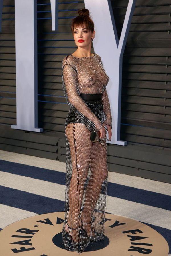 Певица Блеона Керети сверкает блестками и грудью на вечеринке «Оскара» (3 фото)