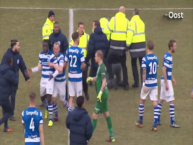 В Нидерландах болельщики устроили драку прямо на поле во время футбольного мачта.