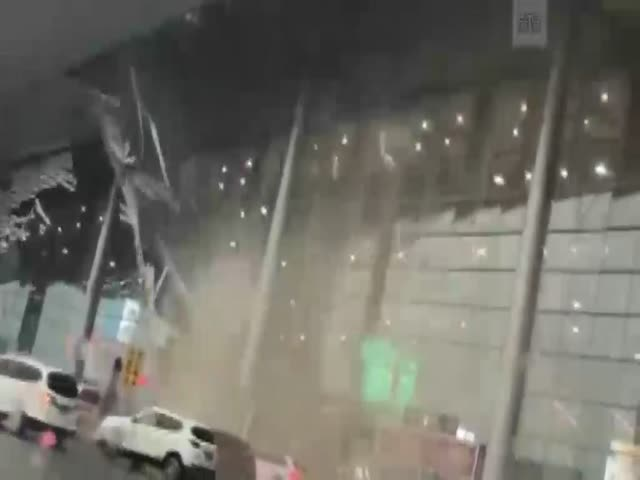 В Китае ветер сорвал крышу аэропорта