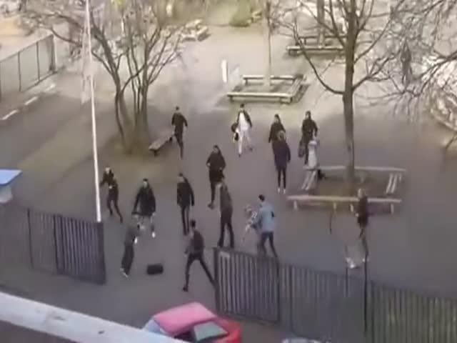 В Нидерландах студенты выгнали вооруженного ножами мужчину