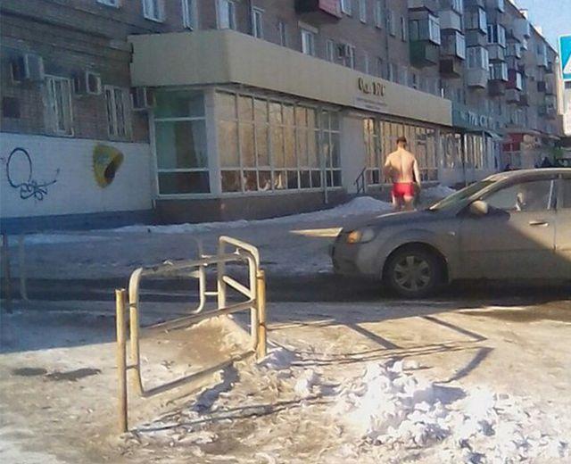 Щедрый парень из Челябинской области раздаривал тюльпаны в день 8-го марта (4 фото)