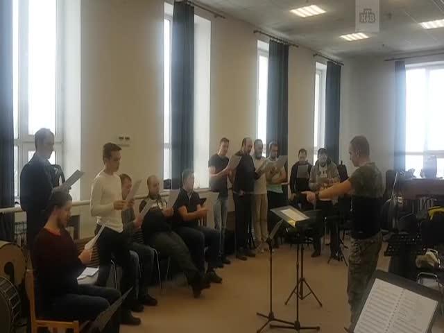 Просто мужской хор Пермского академического театра оперы и балета поет хит 2000-х «Я сошла с ума» группы «Тату».
