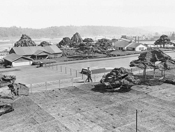 Поддельный город на крыше фабрики: как компания Boeing защищалась во время Второй мировой войны (17 фото)