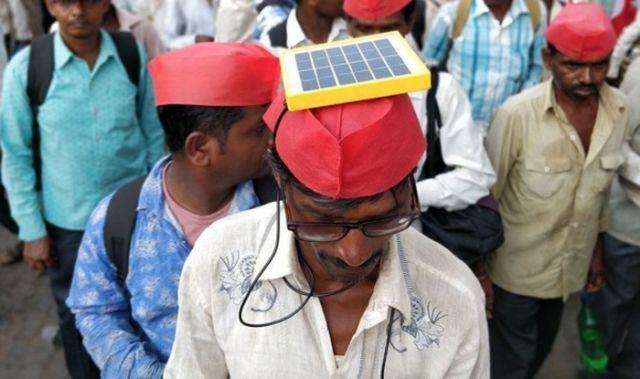 Марш индийских фермеров с солнечными панелями на голове (5 фото)