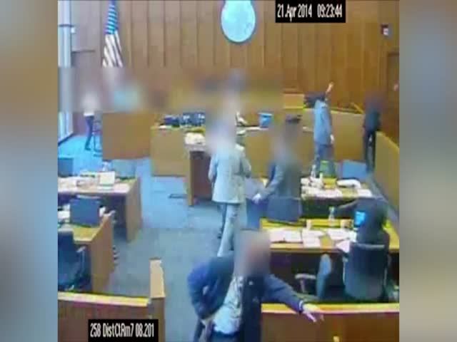 Американский преступник из банды Crips напал на свидетеля в зале суда