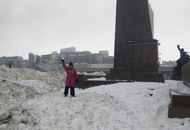 Центр Владивостока в сугробах грязного снега (7 фото)