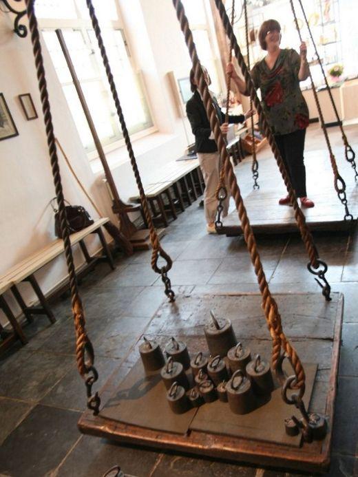 «Ведьмины весы»: методика отличия ведьмы от порядочных женщин (4 фото)