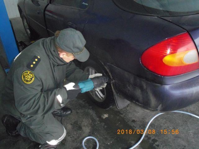Белорус пытался провезти в Литву контрабандные сигареты (5 фото)