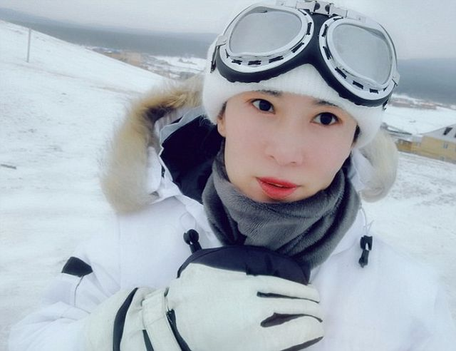 Китаянка Лю Елин позирует на Байкале в одном бикини (10 фото)