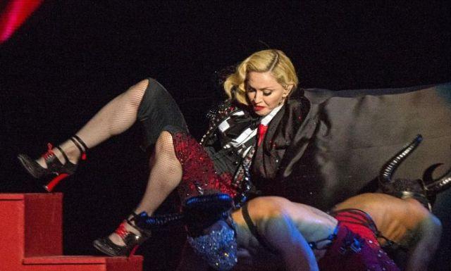 Конфузы на сцене: моменты позора известных исполнителей (14 фото)