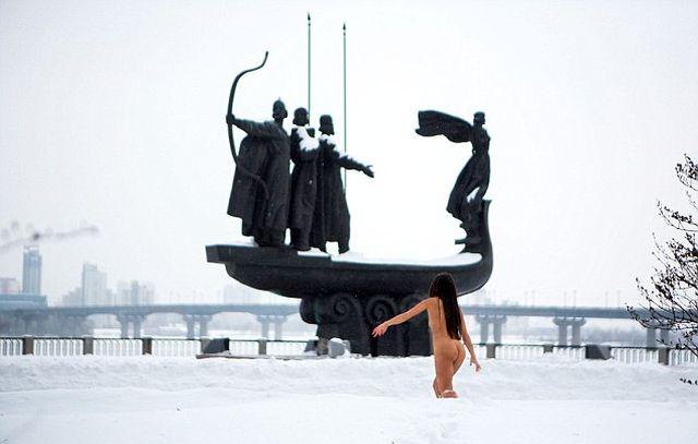 Отчаянная украинка купается голой в зимнем Днепре (6 фото)