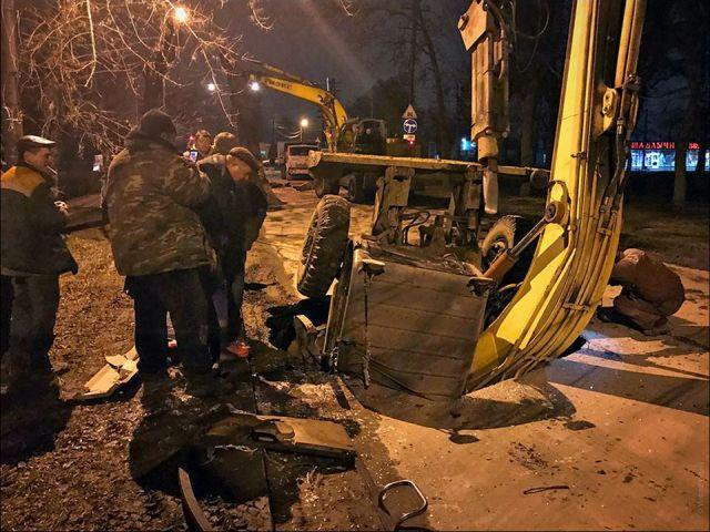 В Таганроге экскаватор провалился под землю (3 фото + видео)